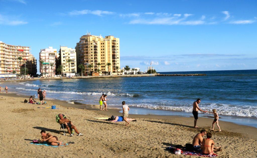 Söndagens sol lockade en hel del strandgäster till playa del Cura.