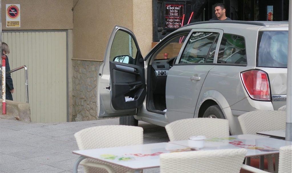Att parkera i ett garage som ligger inom restaurangens område är knepigt. Men här lyckades damen fint.