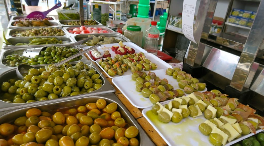 Oliver, oliver och ännu fler oliver finns till salu på denna markad i Torrevieja
