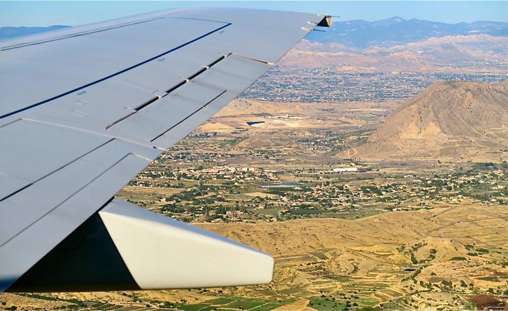 I luften och med klart väder ser vi bergen runt Alicante.