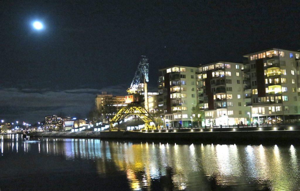 Bild nummer tio, dagens sista bild. Hammmarby sjöstad och lumakranen vinkar. Månen också.