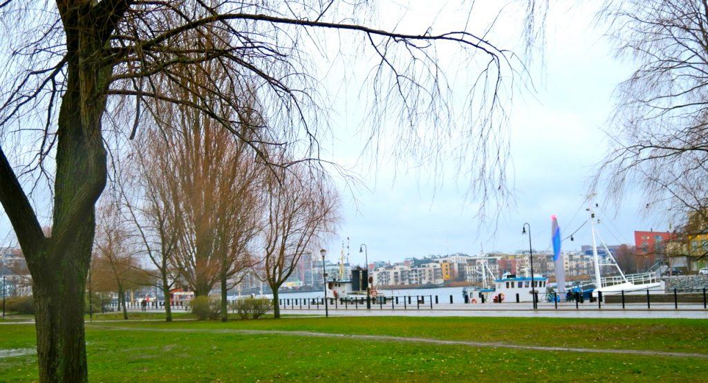 Anna Lindhs park finns också här längs kajen vid Hammarby sjö.