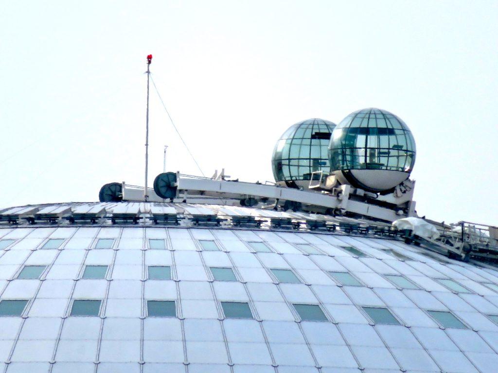 Här de två gondolern av glas som tar besökare upp till Globens topp.