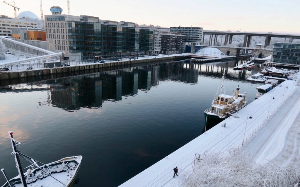 Uppiggande med lite snö som lyser upp de tämligen grå dagarna. Härhemma på Hammarbykajen.