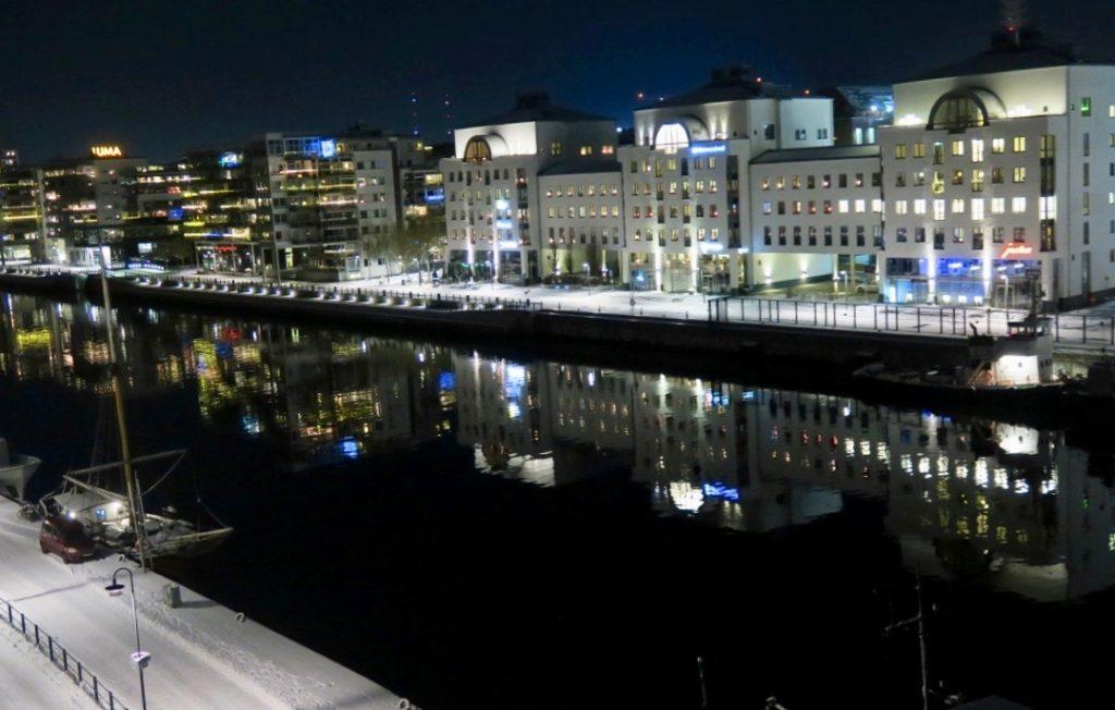 Vackert avspeglat i kanalen är husen i Hammarby Sjöstad.