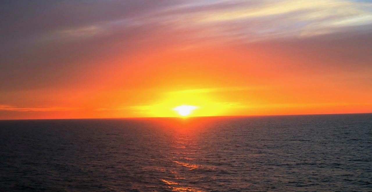 Solen kan ge fin värme. Här på Östersjön på väg mot Helsingfors.
