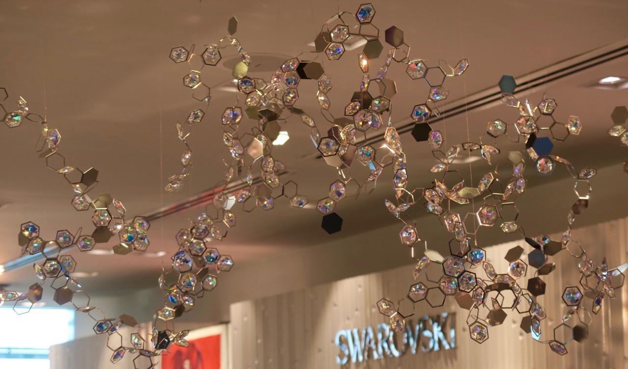 Swarovskis butiker säljer mycket kristall av olika slag.