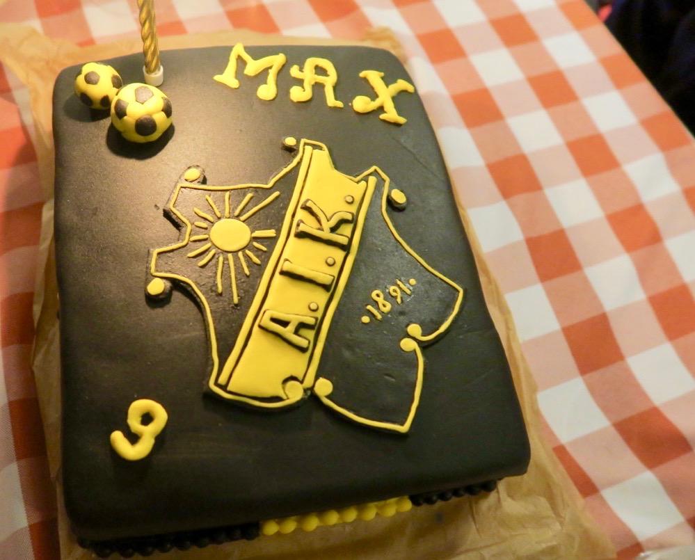 Kalas! Och det innebär tårta. DEnna fantastiska tårta har bakats av Max moster Helen på hans önskan