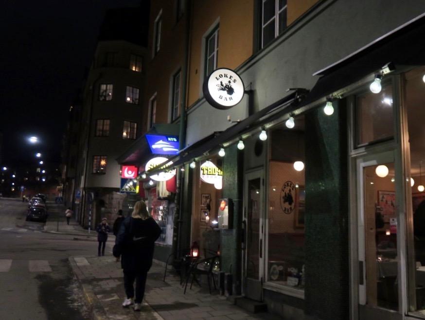 Utekväll på kvartersrestaurangen Lokes bar på Bondegatan på Söder i Stockholm.