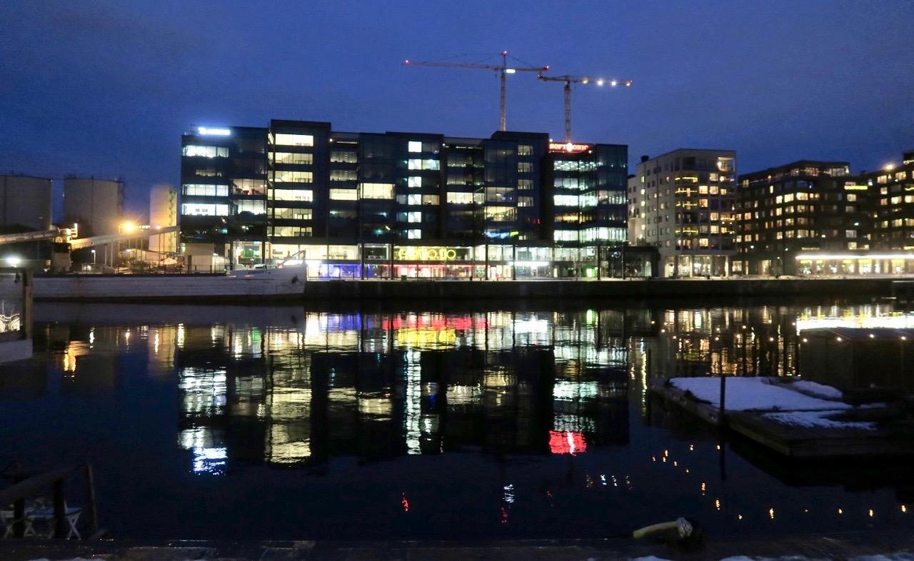 Ljus från andra sidan, Hammarby sjöstad, speglar sig vackert i vattnet