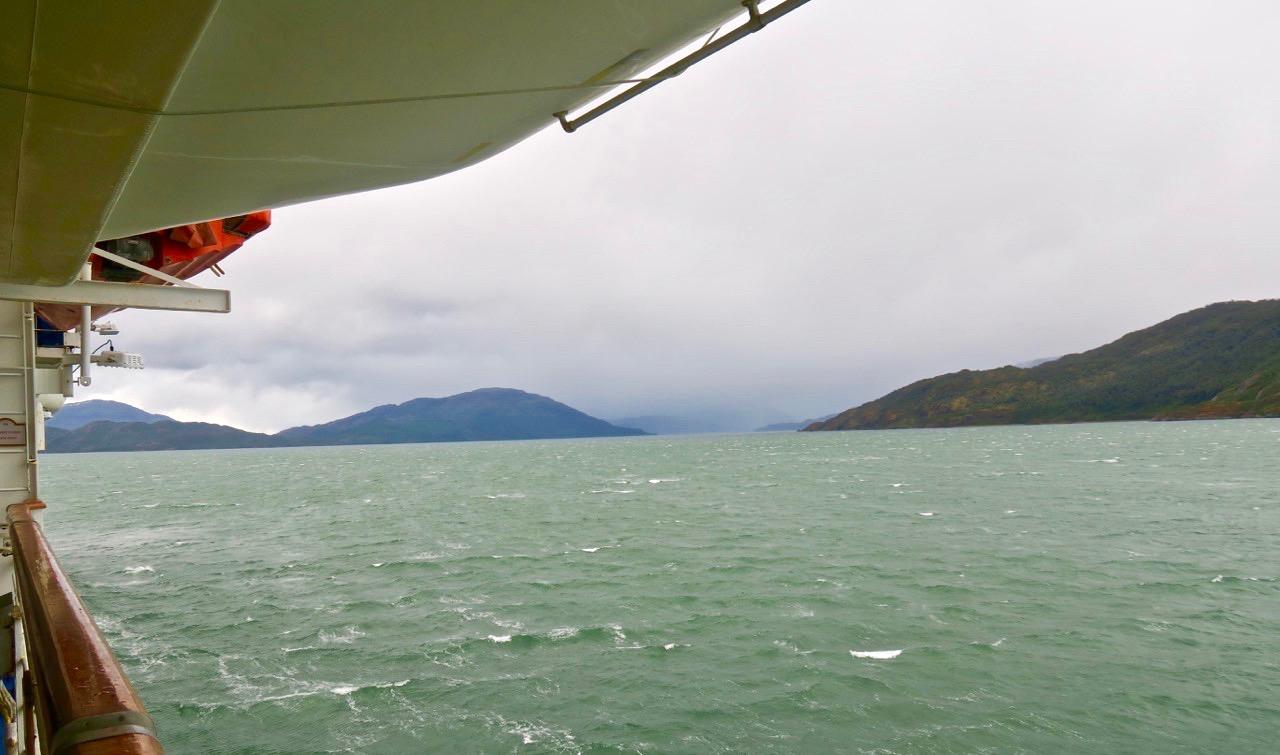 Vackra vyer ser man genom stora panoramafönster ombord på fartyget Star Princess.