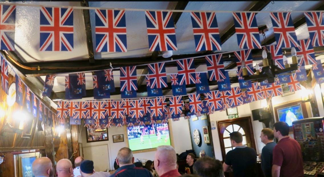 En av pubarna i Stanley och den är välfylld. Rugbymatch mellan Wales och England pågår.