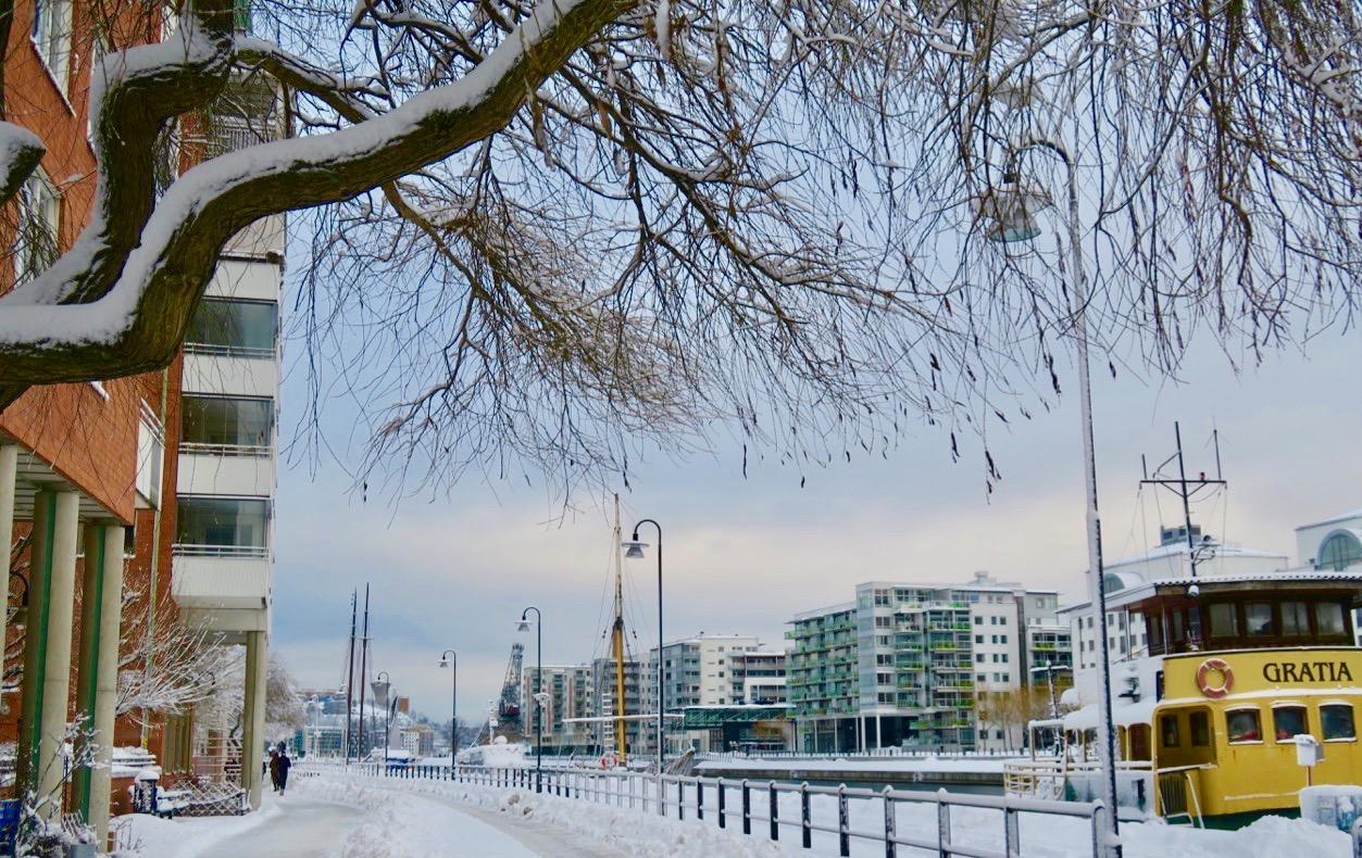 Södermalm och kajen vid Norra Hammarbyhamnen. Snön har lagt sig som ett vackart vitt täcke.