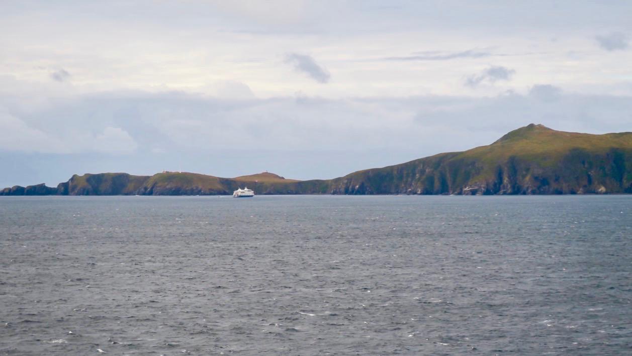 Kap Horn reser sig mäktigt ut vattnet.