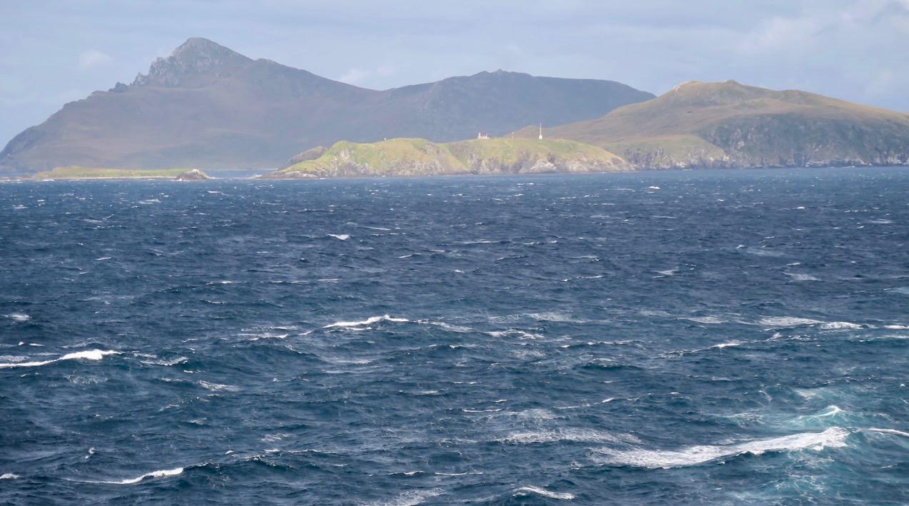 Kap Horn på Eldslandet längst söderut i Chile ligger framför oss. Här möts Stilla havet och Atlanten.