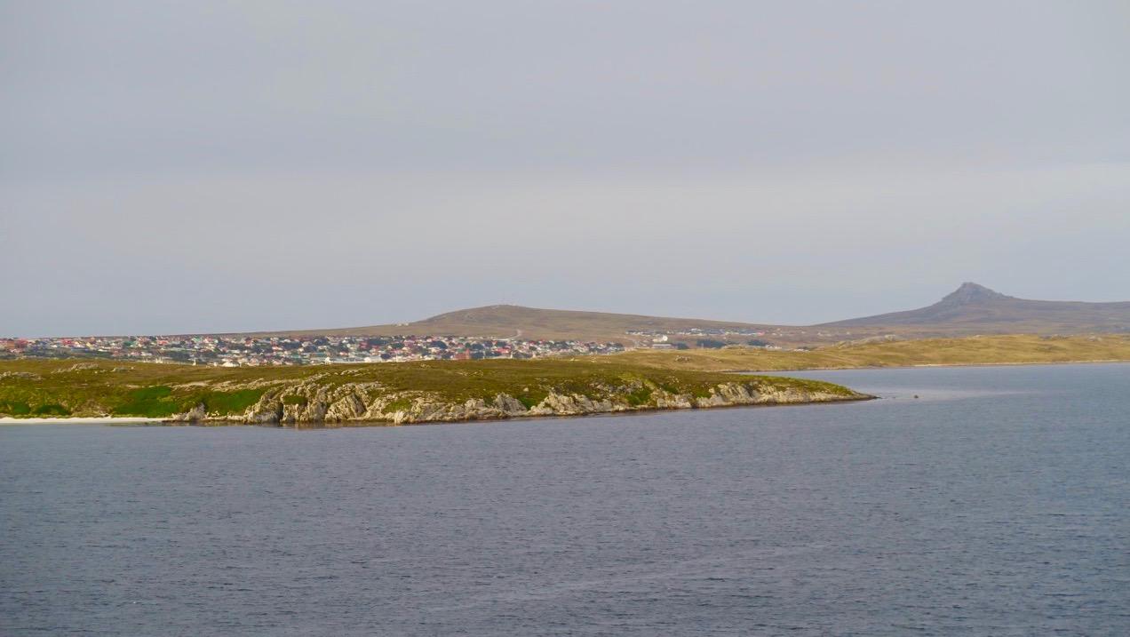 """Vårt fartyg """"Star Princess"""" närmar sig Falklandsöarna och hvudorten Stanley."""
