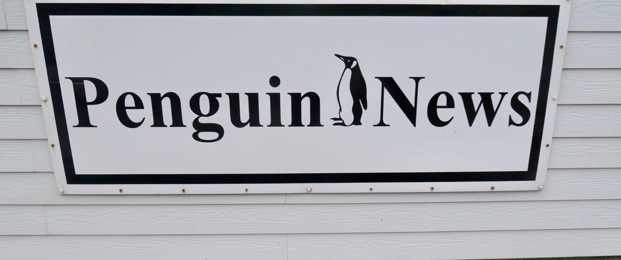Pingviner och Falklandsöarna hör ihop Och en pingvintidning har sin givna plats i detta resande inlägg.