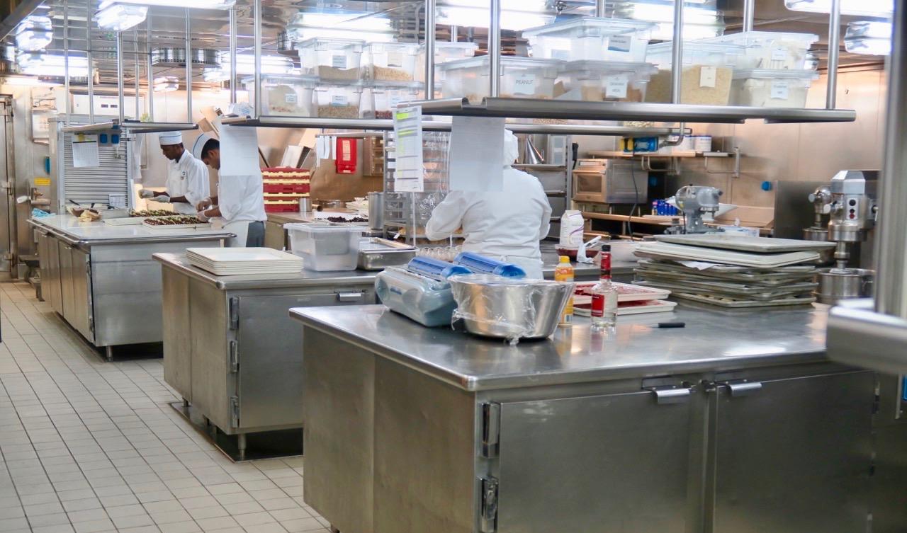 En del av ett restaurangkök ombord på Star Princess. Mycket mat är det som ska lagas på en kryssning.