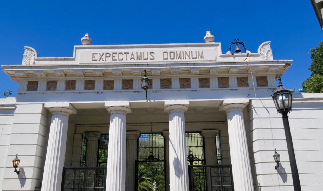 Entrén till Cemeterio de la Rekoleta. Hela området är en kulturskatt och turistattraktion