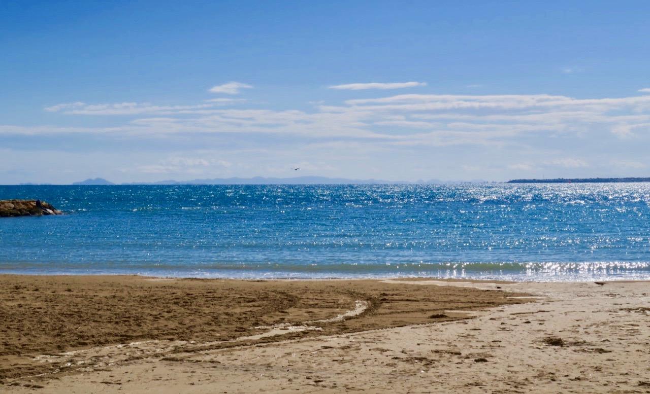 Sanden och stranden Playa de la Cura i Torrevieja kändes verkligen jordnära efter nattens regn.