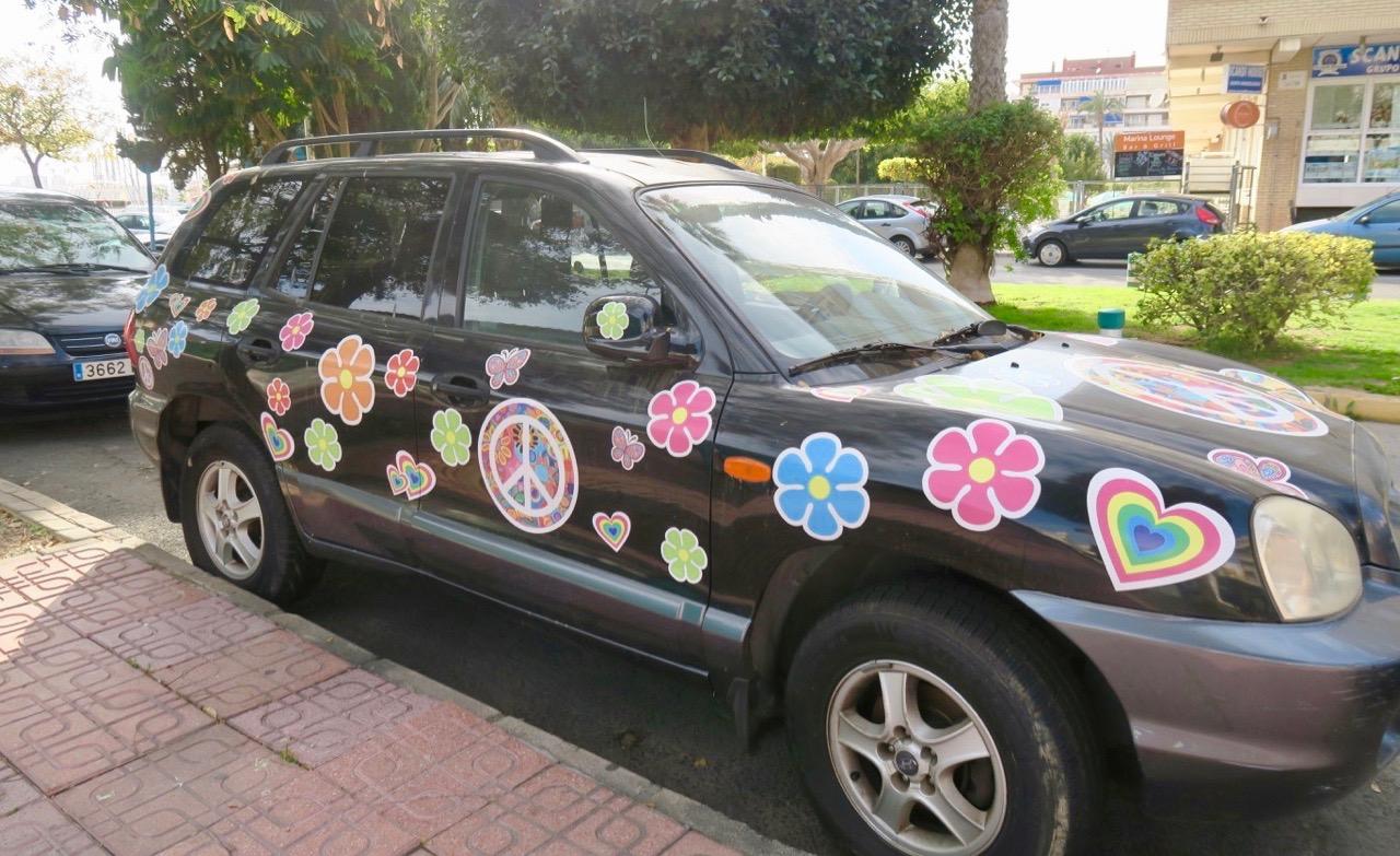 Överraskande och uppiggande att se denna blommande bil i Torrevieja.