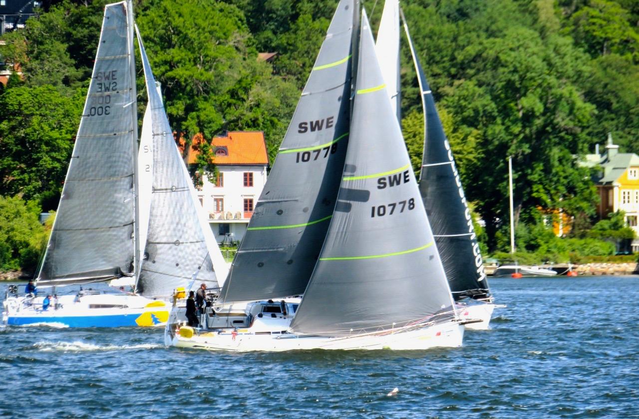 Segelbåtar i startögonblicket av Gotland runt. Båtarna har kommit upp i vind - ögat, helt i motvind, och måste sicksacka för att fylla seglen med vind.
