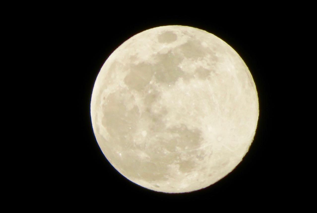 VI satt länge ute i månskenet för att invänta att klockan skulle bli 24 och en ny dag gry. Tillika min födelsedag.