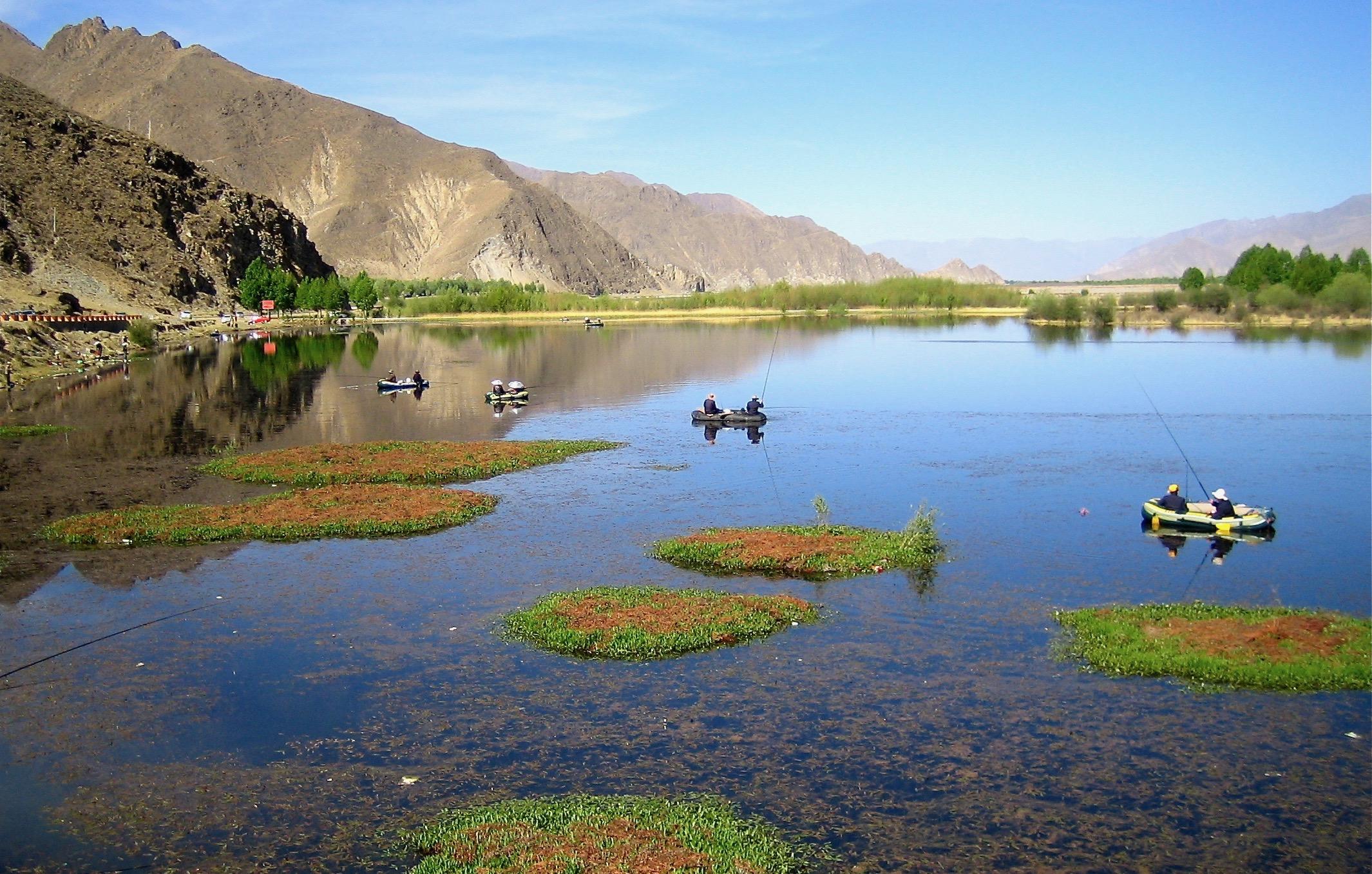 Min favoritbild från vår resa till Tibet. Utsikten här över sjön och omgivningarna berör mig även om jag nu bara kan de n på bild.