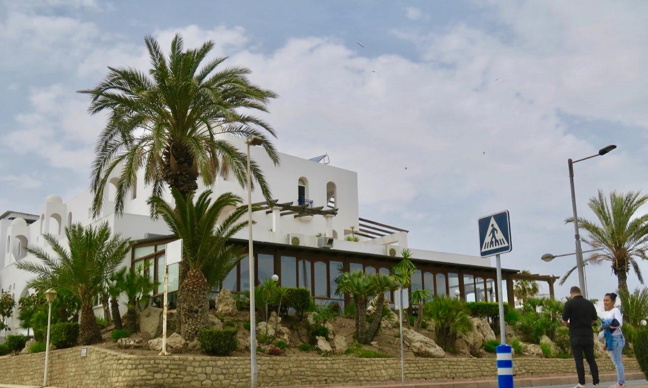 Hotell El Puntazo i MOjácar Playa, sett från den lilla lokalgatan
