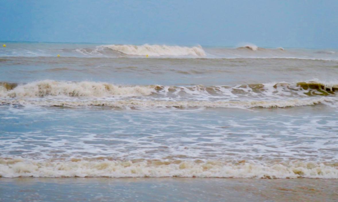 Playa de Los Locos, en av stränderna inne i Torrevieja, hårt påverkad av allt regn och den hårda blåsten.