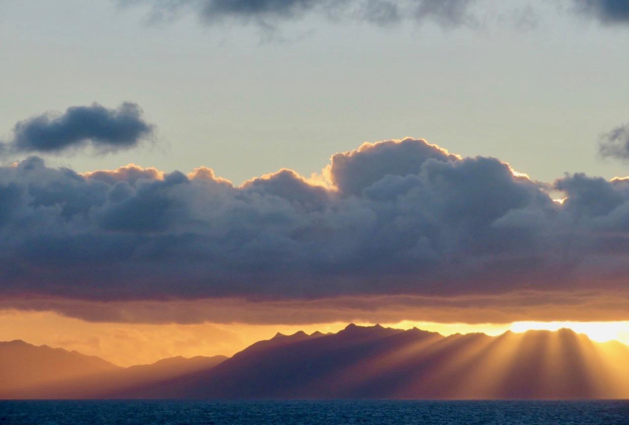 Himlen är skum, känns oberäknelig. Vi närmar oss Ushuaia i Argentina, världens sydligaste stad.