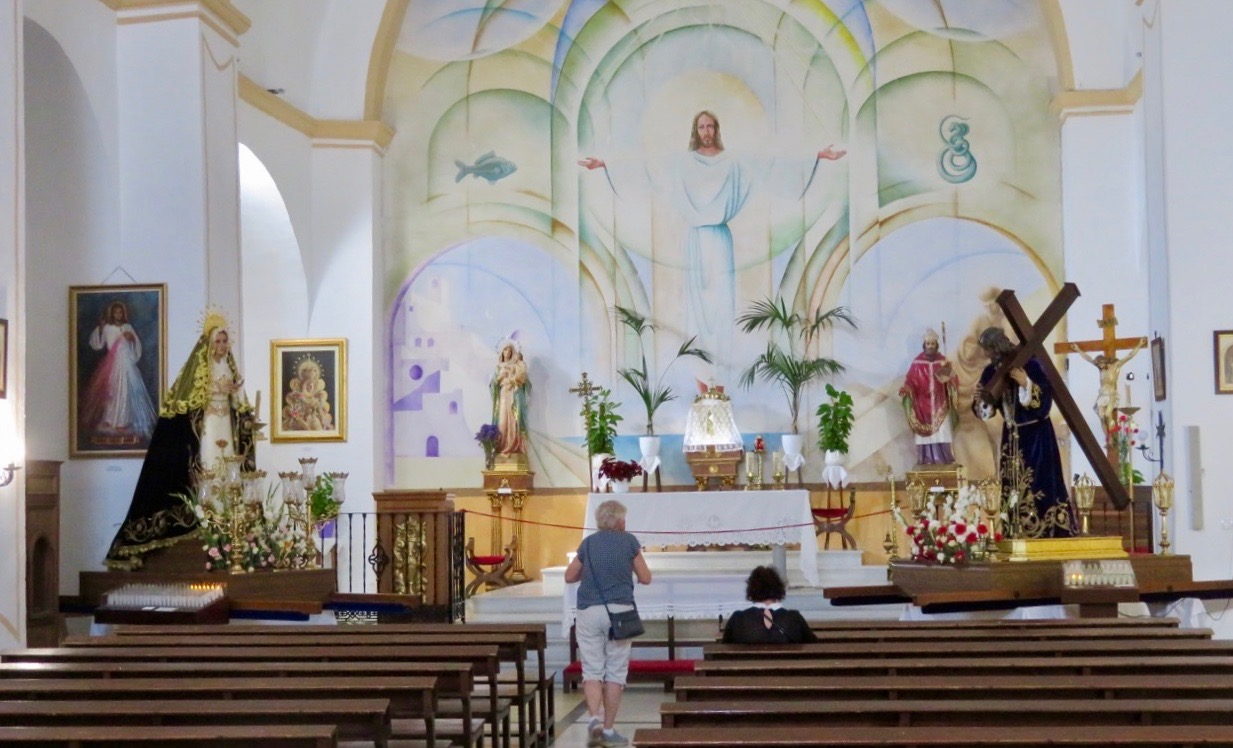 Välkomna in i den vackra kyrkan.