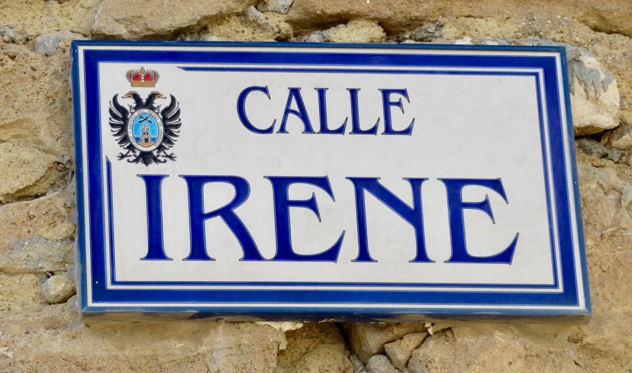 """En perfekt skylt en Skyltsöndag. """"Calle Irene""""(Gatan/gränden Irene. Har en god vän med detta namn."""