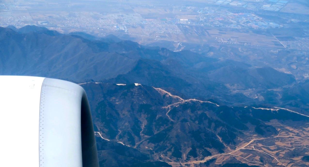 Inflygning mot Peking och vi är här ovanför den kinesiska muren. Ovanför, hör i betydelsen som över- veckans ord.