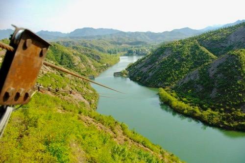Här ett ställe längs kinesiska muren ,mellan Jinshaling och Simatai, och man tar ett hopp över vattendraget.