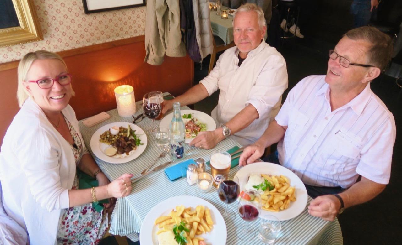 Strålande glada matgäster på Lokes Bar