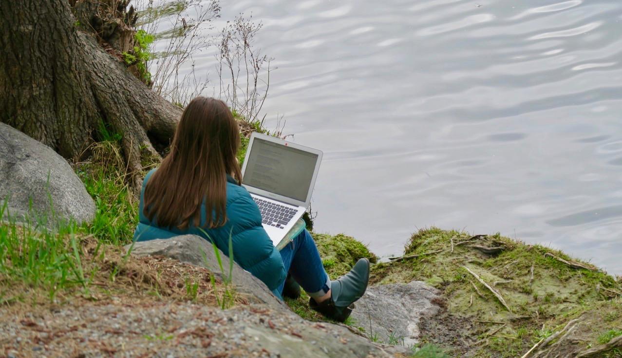 En fin arbetsmiljö kan man hitta bland grönskande träd och kluckande vatten.