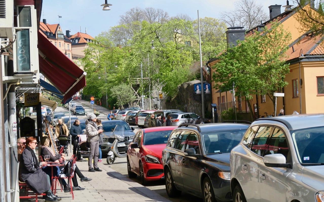 Skånegatan, ännu en av de gator på Södermalm med landskapsnamn fyllde lätt sina uteserveringar.