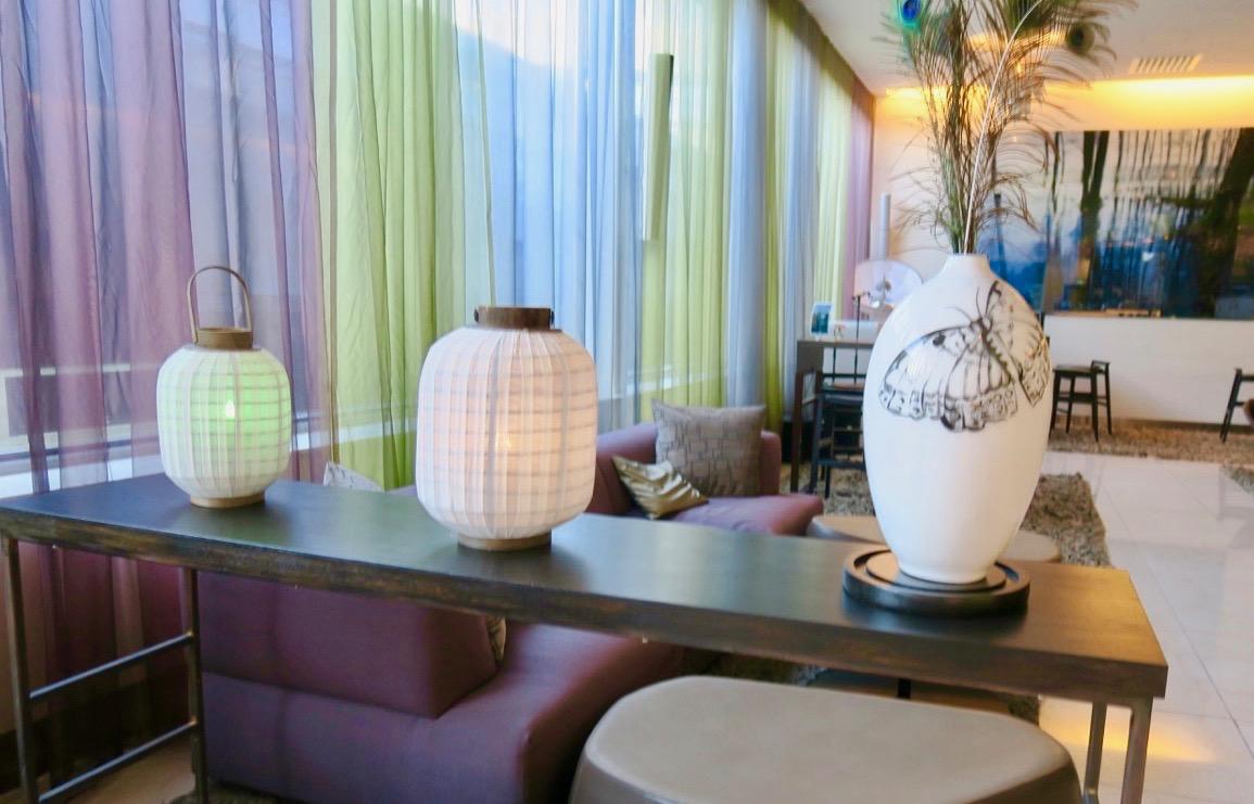 En del av den kombinerade lobbyn/baren på Clarion hotell Arlanda