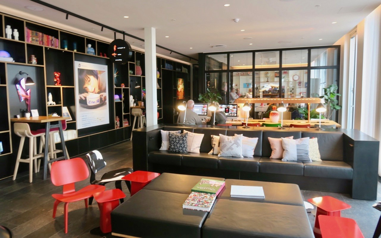 Hotell CitizenM, Copenhagen, har en lovbby som känns som ett vardagsrum