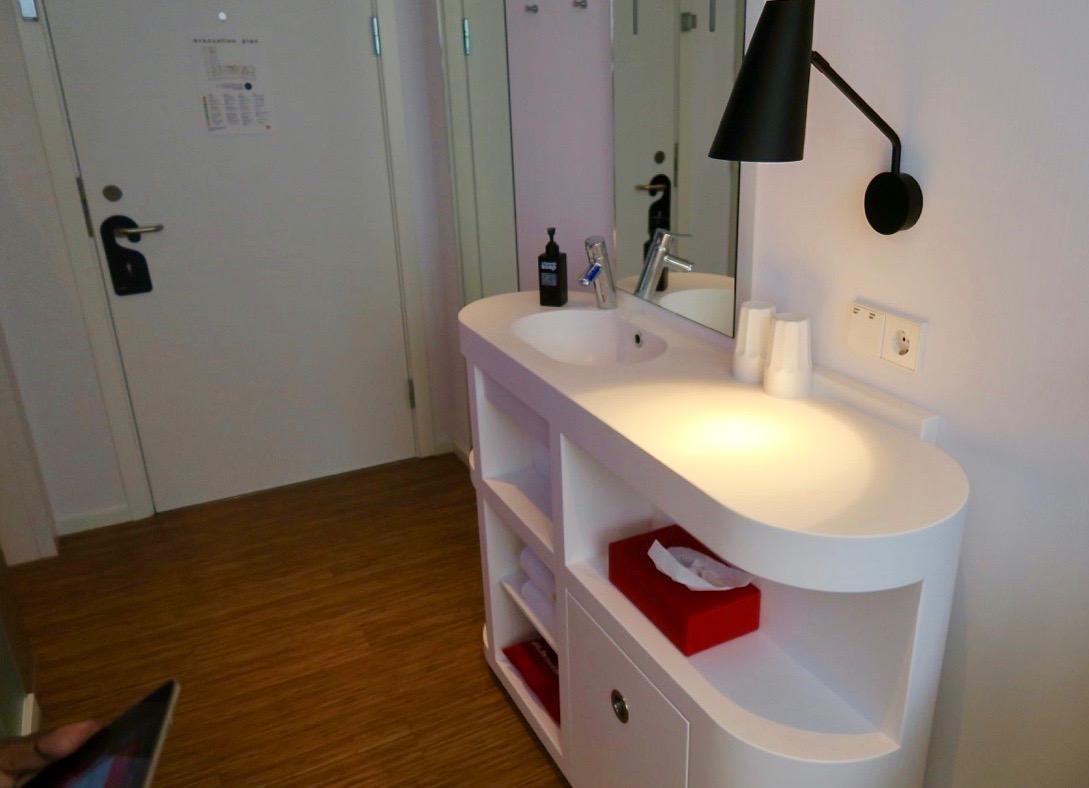 Hotell CitizenM har ganska små och kompakta rum och här i Köpenhamn är handfatet placerat utanför badrummet.