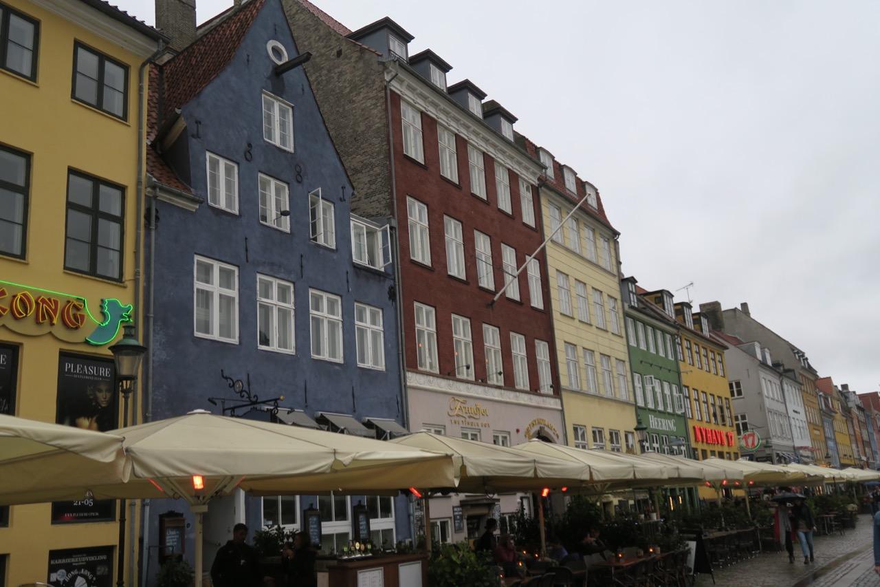 DE färgglada husen i Nyhavn ger extra lyster åt Köpenhamn när regnet vräker ner.