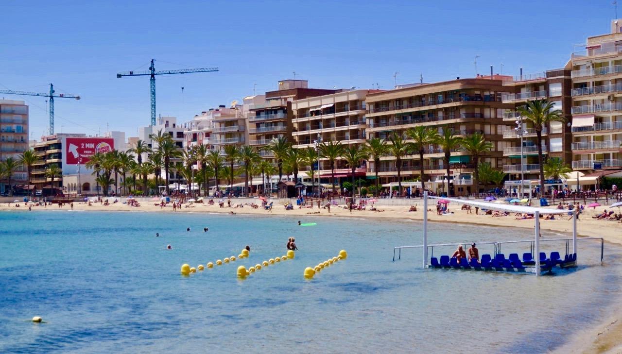 Playa del Cura har fått i de blå stolarna för rörelsehindrade samt de gula avspärningarna.