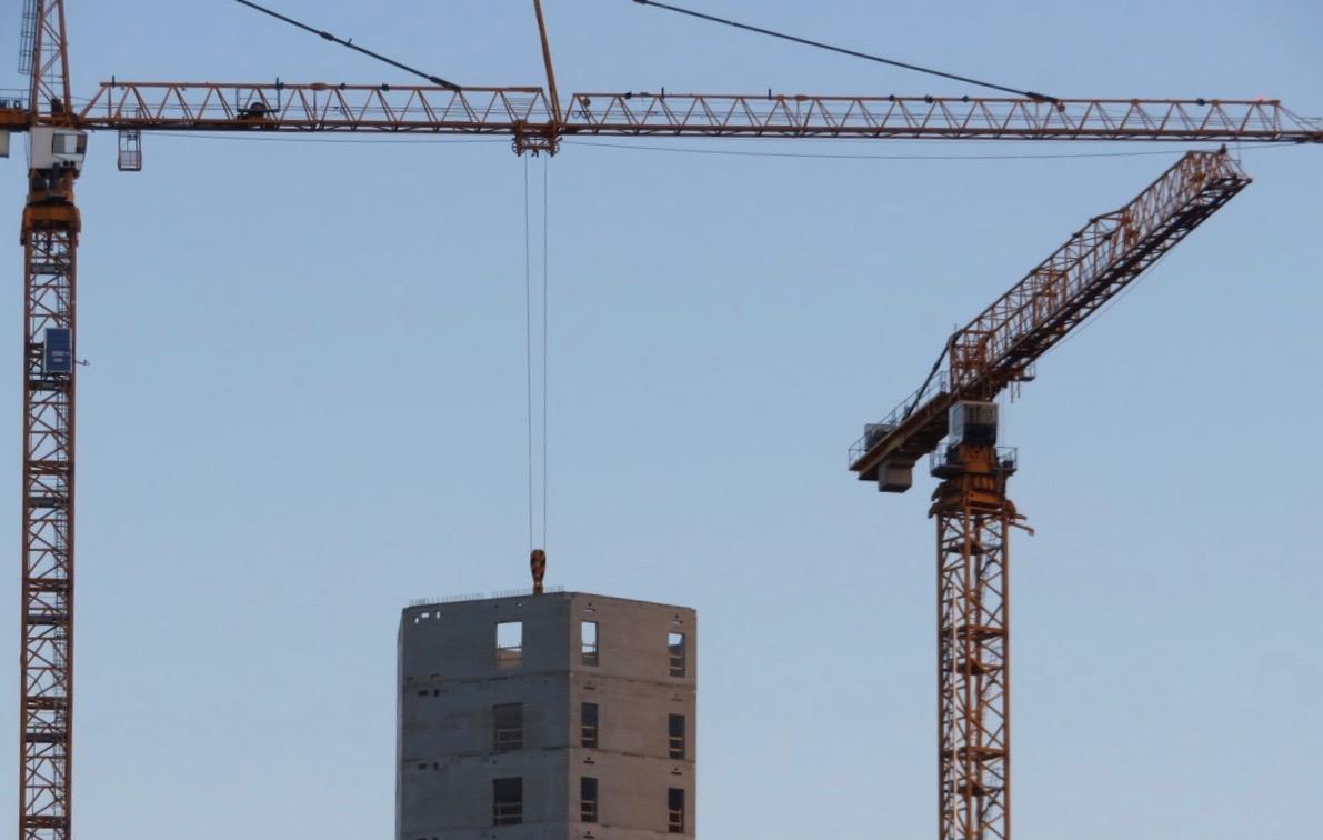 Att sköta lyftkranarna är ett precisionsarbete och spännande att se hur skyskrapan växer-