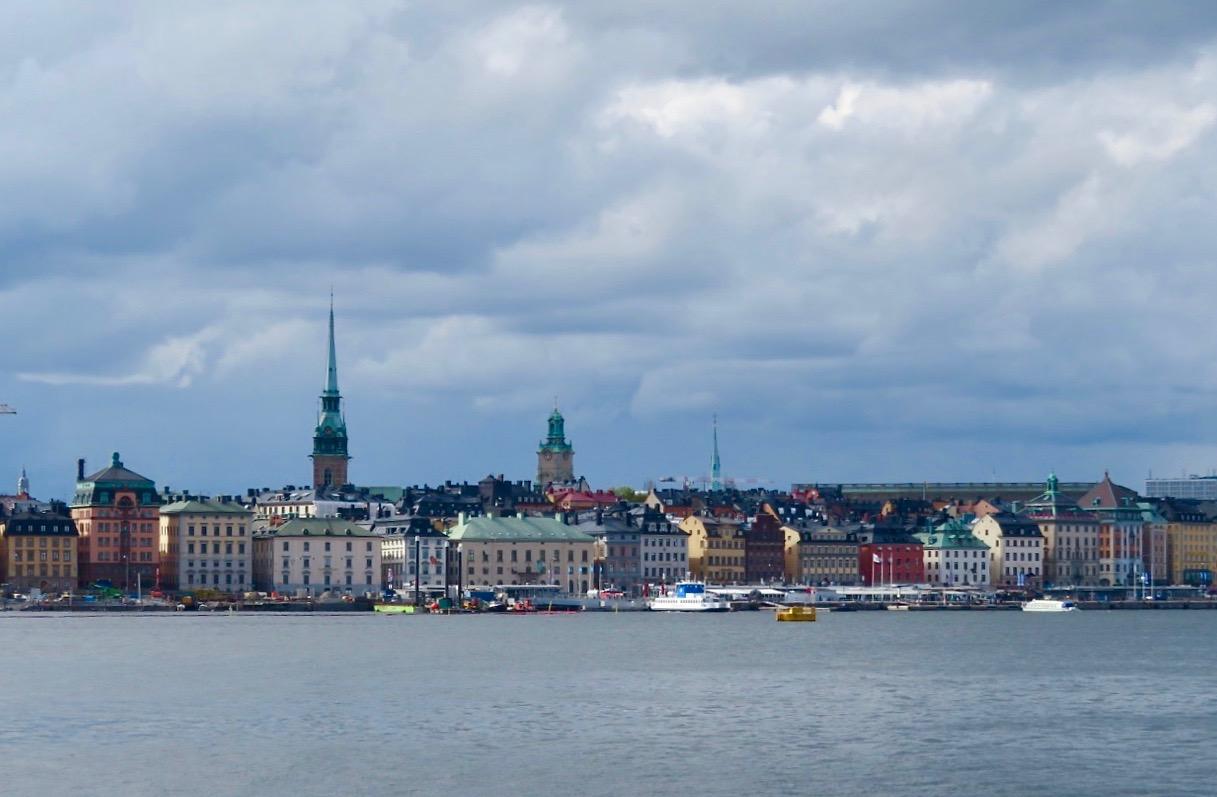 Mer båtar och vatten. Vy från Stadsgårdskajen in mot Gamla stan.