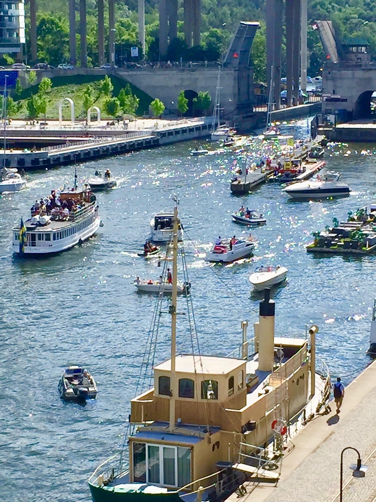 Att det är sommar märks även här hemma i Hammarbykanalen där många båtar ville slussa.