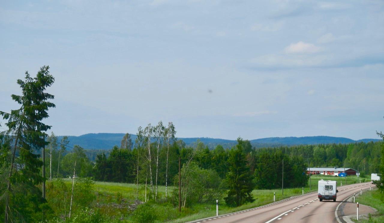 Vi ser tydligt att landskapet blir mer kuperat ju närmare Arvika och norska gränsen vi kommer.