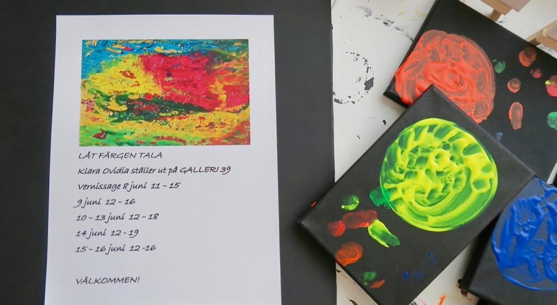 """Utställningen här i Arvika har fått namnet """"Låt färgen tala"""". Ett väldigt passande namn."""
