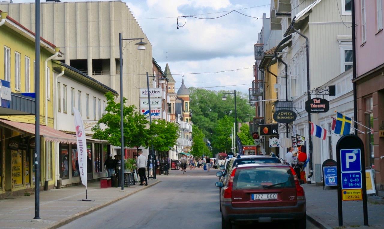 På väg till butiken Audio&Video i Arvika och hoppas få hjälp att hitta de försvunna bilderna.