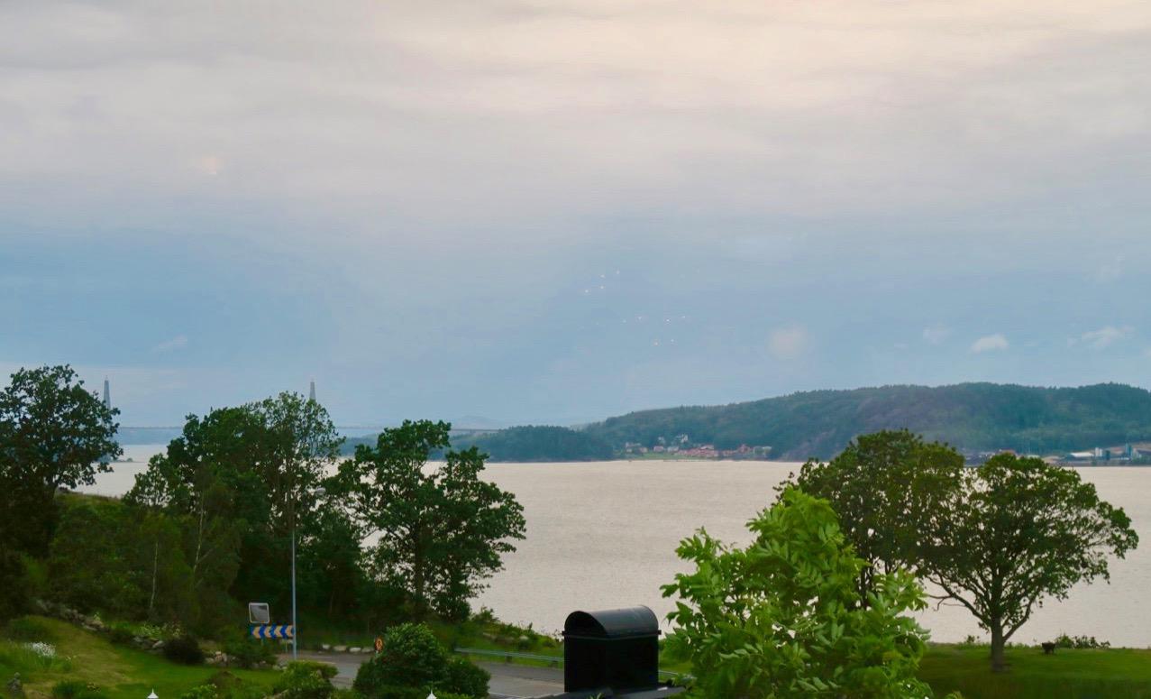 Dagens resa är slut och vi har Byfjorden som middagssällskap.